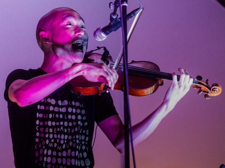 Eddy Kwon playing a violin